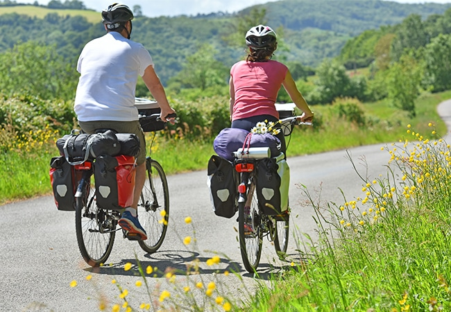 Couple cycling on the Vélo Francette cycle route