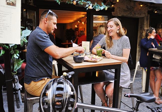 Couple à la terrasse d'un café à Caen dans le Calvados
