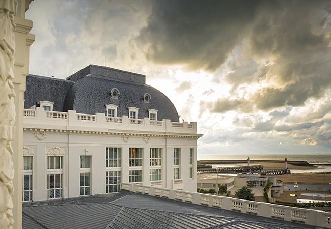 Vue depuis le toit de l'hôtel des cures marines, sur la plage de Trouville dans le Calvados