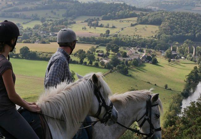 Cavaliers en balade à cheval à Clecy dans le Calvados en Normandie