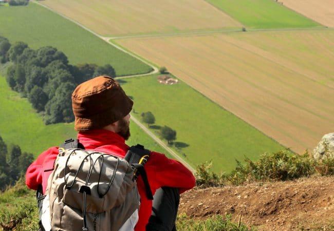 Homme admirant la vue lors d'une balade pédestre