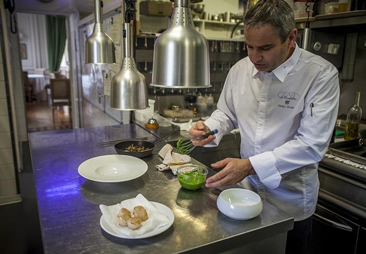 Chef cuisinier dans sa cuisine