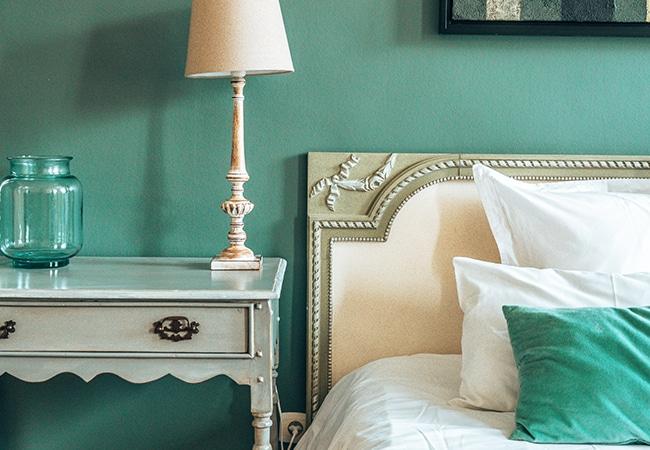 Une table de nuit et un lit dans une chambre