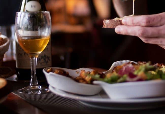 verres de cidre et plats normands à l'auberge des deux tonneaux